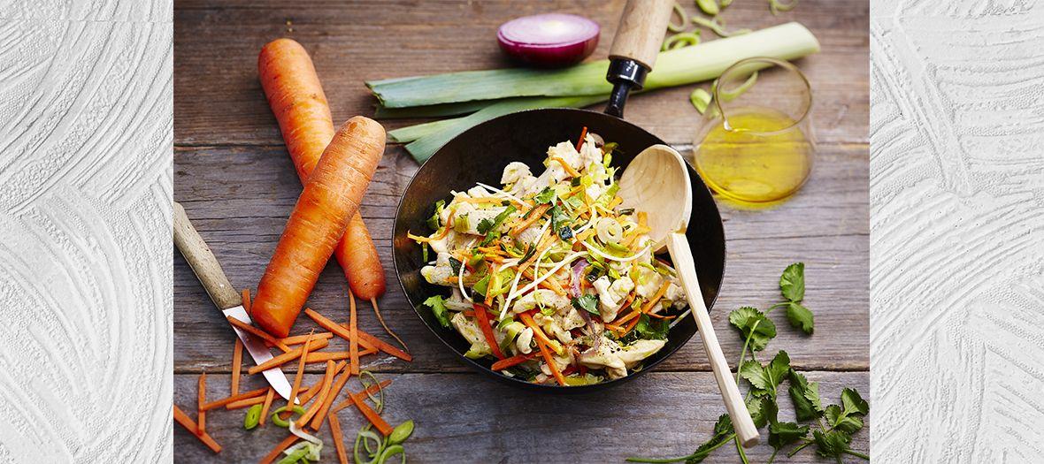 Plat de Wok de Poulet sauté au soja avec carottes, oignons rouges, coriandre, piment, gingembre, persil, poireaux et sel