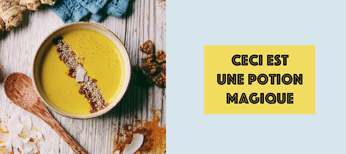 Bol de Golden Latte avec curcuma, cannelle, gingembre, poivre, lait de coco, lait d'amande et sirop d'érable