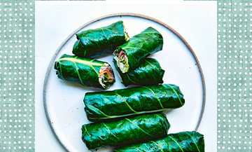 Plat de Wraps avec de riz brun à grain court, feuilles de chou vert, avocats, basilic, Fleur de sel, poivre noir, betterave