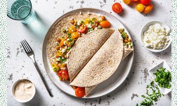 Plat de Tortillas Healthy avec pois chiches, paprika en poudre, concombre, tomates cerises, persil, huile d'olive, Poivre et sel