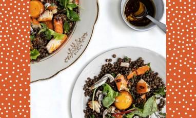 Une salade de saison vitaminée pour un dîner très léger. Au menu : filets d'anchois, lentilles vertes, feuilles de menthe et haddock fumé.