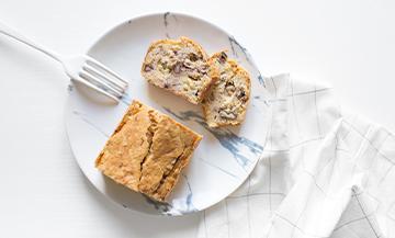 Cake à la fourme d'Ambert avec haricots, beurre fondu, cerneaux de noix, gruyère râpéSel, poivre et cumin