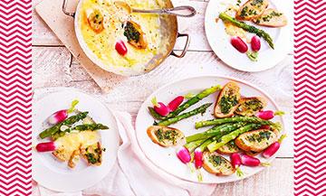 Plat de Fondue Printaniere avec asperges vertes, radis nettoyés, pain, fromage abondance, beurre, persil, Huile, sel et poivre