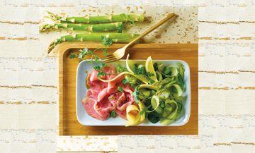 Plat de Carpaccio de filet de veau avec asperges vertes, fèves, Beaufort, citrons jaunes, Huile d'olive, sel et poivre