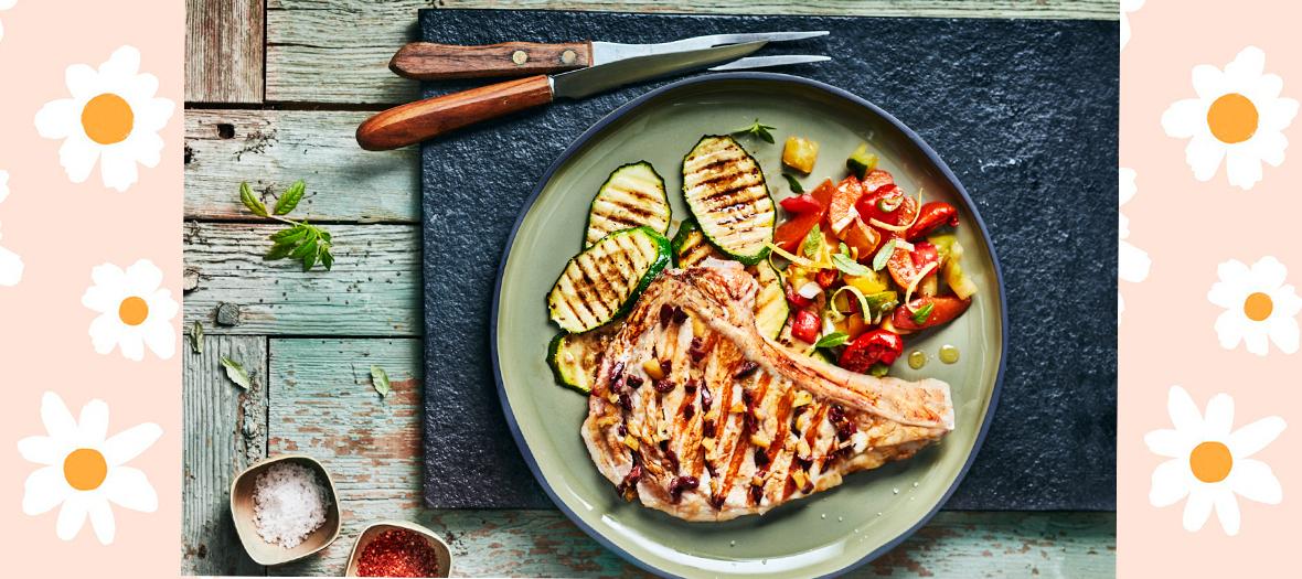 Le chef Julien Duboué ose la côte de veau en grillade, servie avec des olives de kalamata, du citron confit et des abricots.