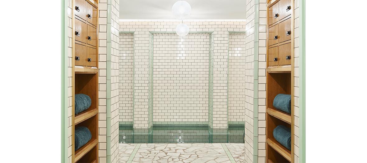 Le spa avec un carrelage métro et suspensions globes de l'Hôtel Ballu