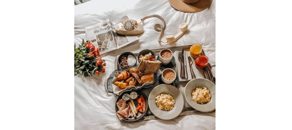Breakfast americain par le room service de l'hôtel Les Grands Boulevards à Paris