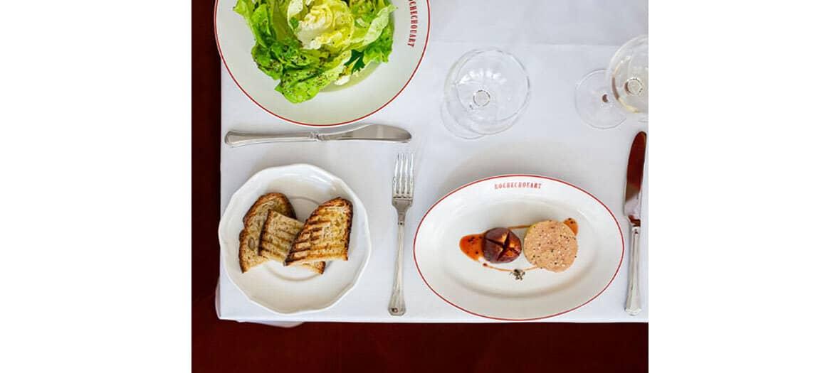 Room service en chambre à l'hôtel Rochechouart à Paris