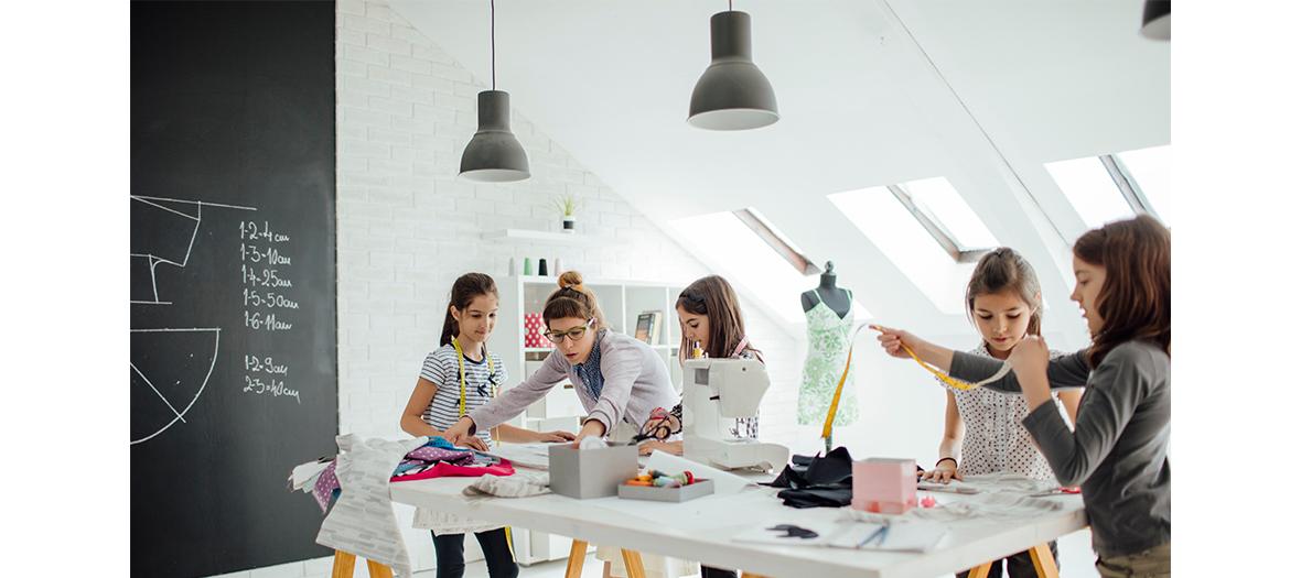 Dessin de mode, prise de mesures et essayages, couture et réalisation d'un tote bag au Stage de couture du centre Cendrillon
