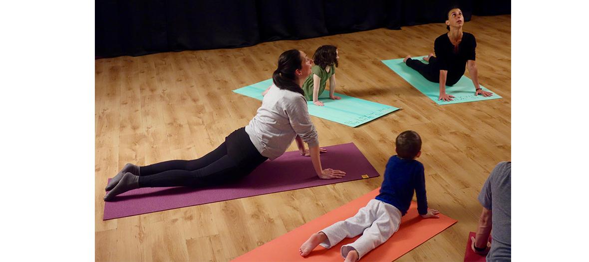 Méditation, jeux, chants et rires à l'Atelier yoga parent-enfant de la compagnie maya