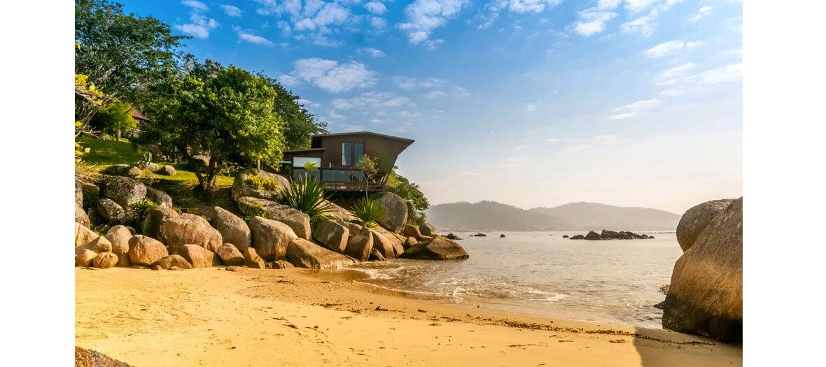 une maison les pieds dans l'eau à Santa Catarina, un petit village ultra bohème sur la côte atlantique brésilienne