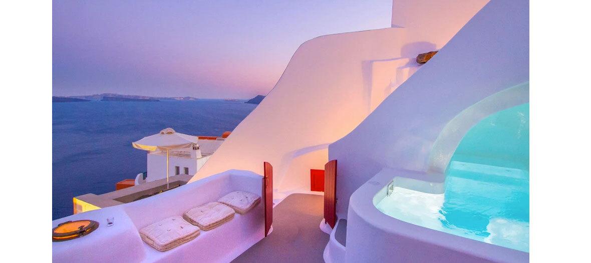 Une maison de villégiature creusée dans la falaise de Caldera avec piscine privée