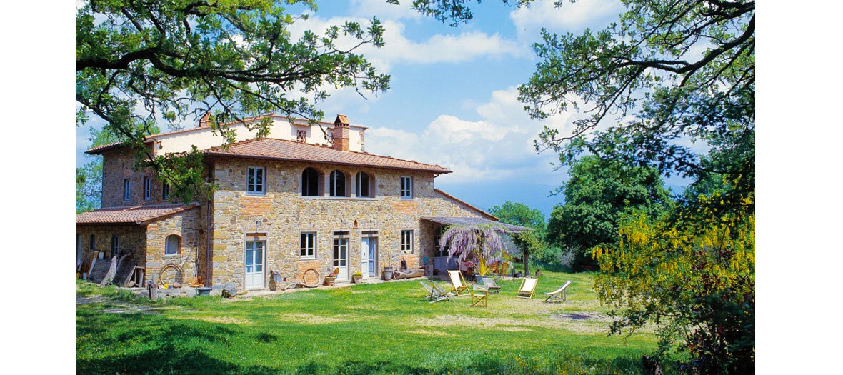 une ferme en pierres du XVIIe siècle avec 7 chambres, entourée de chênes et d'oliviers centenaires