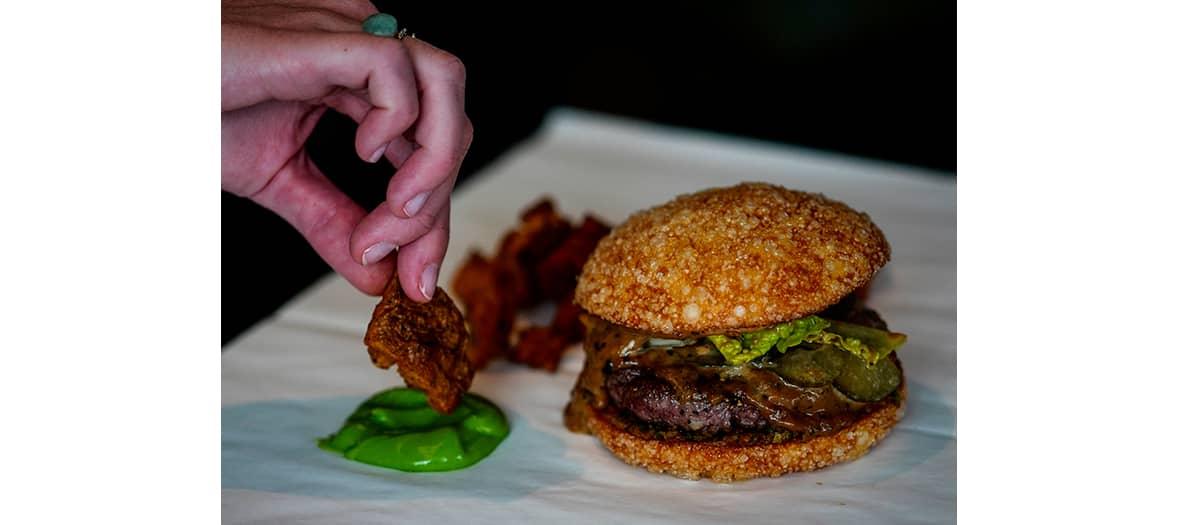 Le burger Arsène avec un steack cuisiné au poivre.