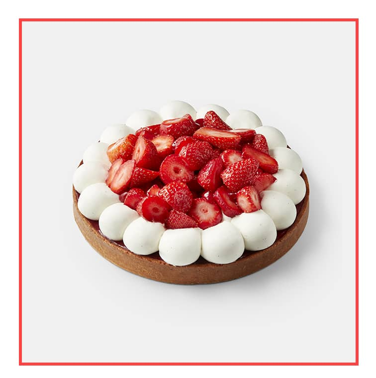 La tarte aux fraises de cyril lignac avec pâte sucrée, crème d'amandes, praliné pistaches, compotée de fraises, crème légère à la vanille et fraises fraîches.