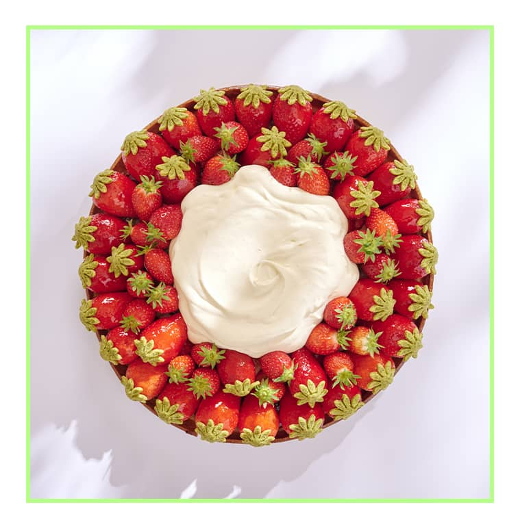 La tarte aux fraises de Francois perret avec des ciflorettes divinement aromatiques et cultivées en pleine terre dans le Vaucluse, un nappage de jus fraise-basilic… Et au centre : une crème d'Etrez à base de crème de Bresse AOP.
