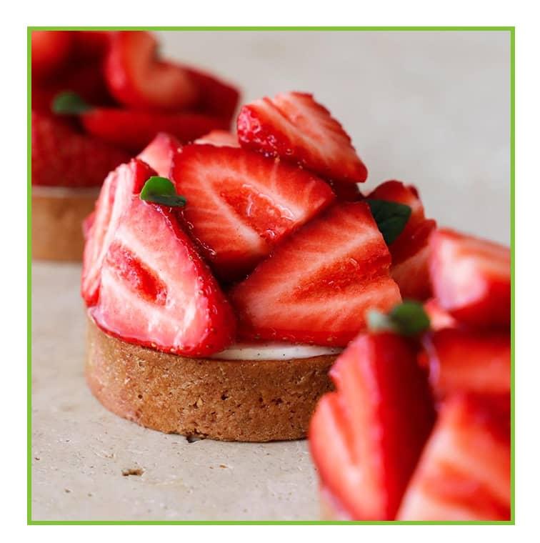 La tarte aux fraises de Kevin Lacote avec un biscuit aux amandes sur un confit de fraise au basilic, du mascarpone et des fraises fraîches.