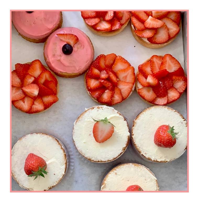 La tarte aux fraises Noglu avec un mix de fraises bio françaises, pâte sablée et crème vanille légère