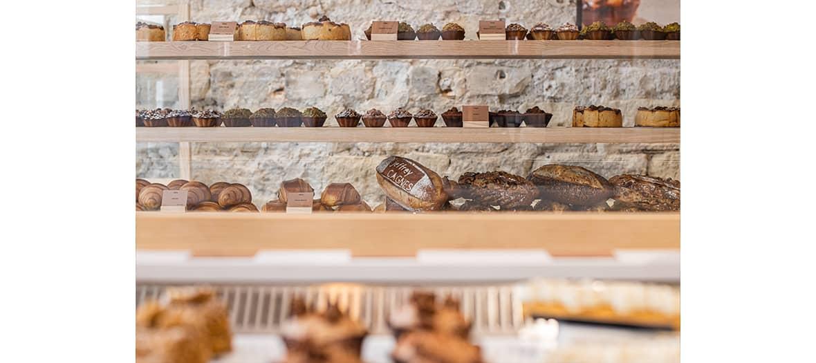 Pains et viennoiseries, avec des croissants et pains au chocolat au feuilletage délicat, des miches siglées réalisées par un artisan-boulanger chez Jeffrey Cagnes