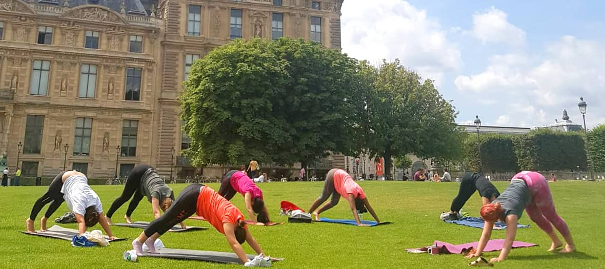 a outdoor lunch and yoga session at the Arc de Triomphe du Carrousel in paris with Yogaligned
