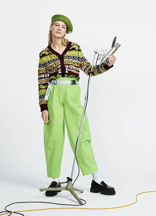 le pull sans manches à logos, une robe verte zippée ou des mocassins géniaux avec semelle crantée Ganni