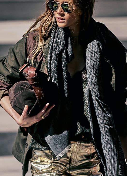 le nano-sac Kate Wallet imaginé avec Kate Moss dans tous les coloris et des matières folles, sans oublier l'immanquable pantalon en cuir Kate Wallet