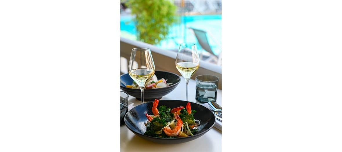 Un repas sur le rooftop de L'hôtel Molitor MGallery