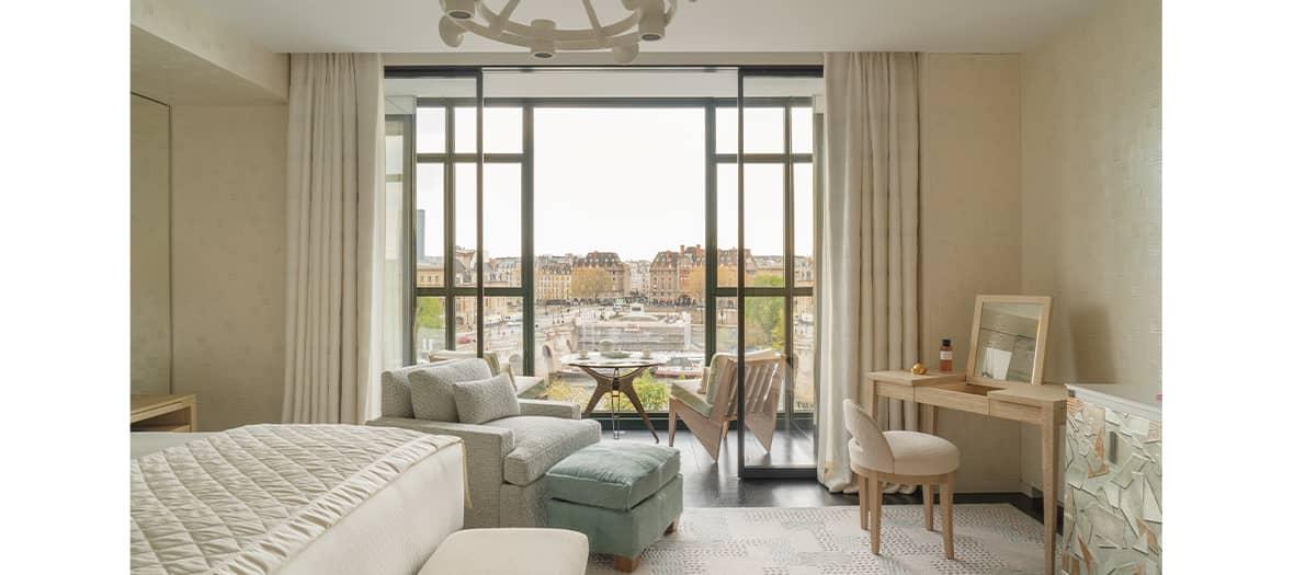 Chambre avec baie votrée et major d'homme au Cheval Blanc à Paris