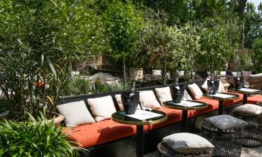 Terrasse provençale et bar à rosé chez Monsieur Bleu